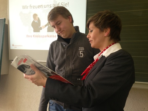 Fr. Maertin von der Kreissparkasse Köln konnte im Anschluss an ihre Präsentation  Schülern konkrete Fragen zum Ausbildungsverfahren in ihrem Unternehmen beantworten.
